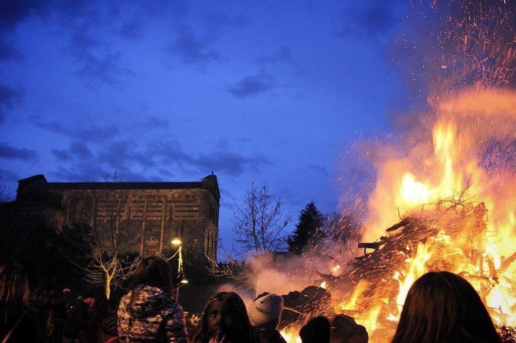 Het kampvuur van San Nicola plein in Ottana  16 Januari