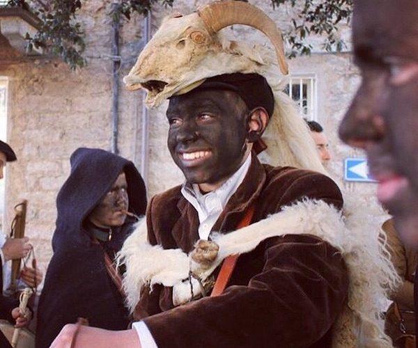 Door De Dorpen Van De Maskers En Met Roet Besmeerde Gezichten Neem Ik Jullie Mee Naar Gavoi …